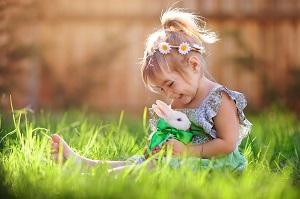 Mädchen mit Kaninchen im Gras