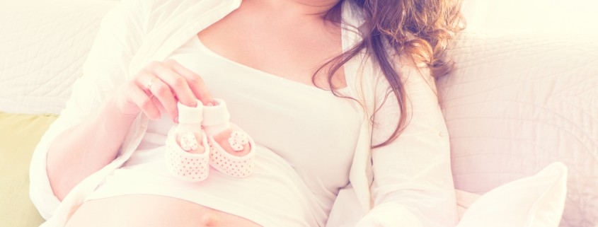 Schwangere Frau mit Schuehchen