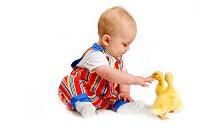 Baby mit Entenkücken