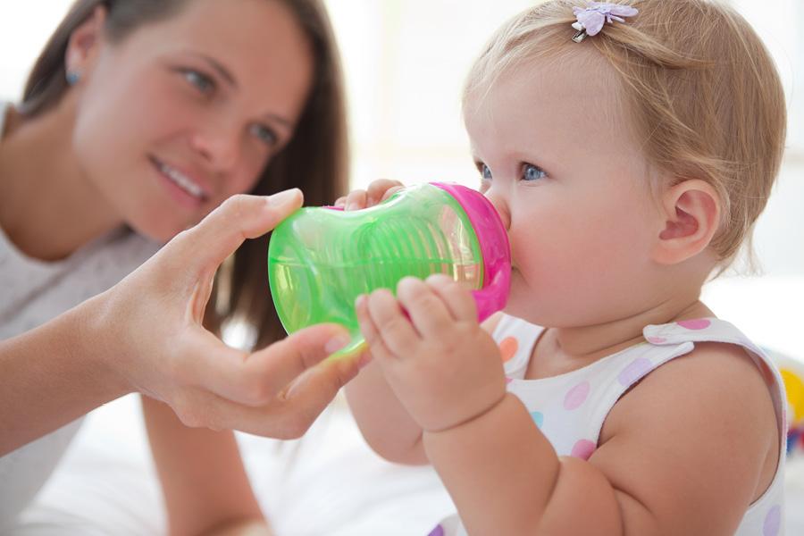 Kind trinkt aus Trinklernbecher