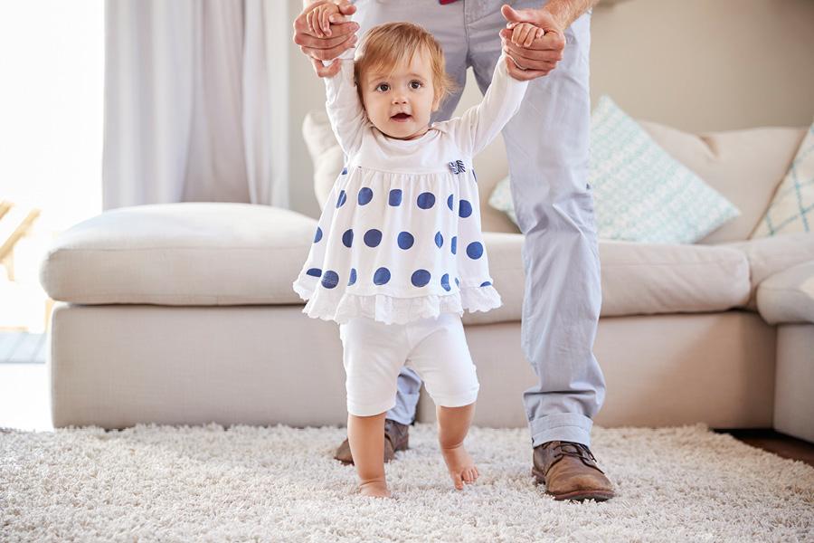 Kleinkind lernt Laufen