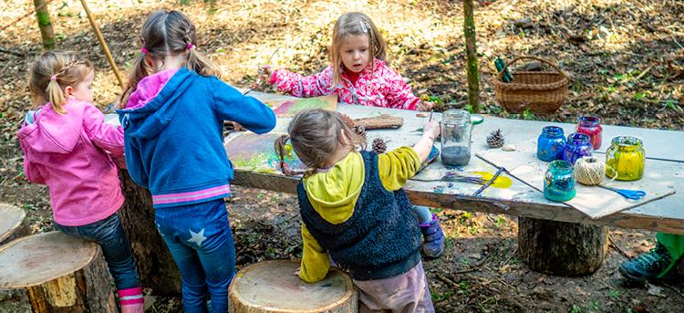 Kinder basteln im Waldkindergarten
