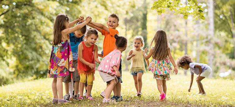 Kinder im Waldkindergarten