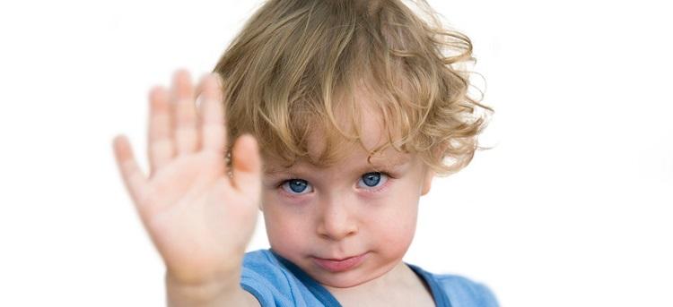 Kind zeigt Stopp - Abstand halten