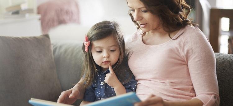 Mutter erklärt Tochter Corona-Virus