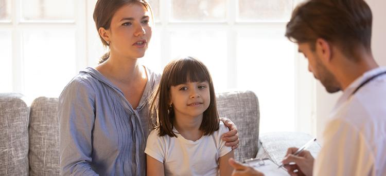 Frau mit Kind beim Arzt