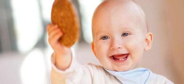 Baby mit Keks