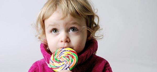 Kind mit Lolli Süßigkeit