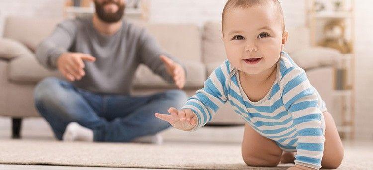 Baby krabbelt auf Teppich