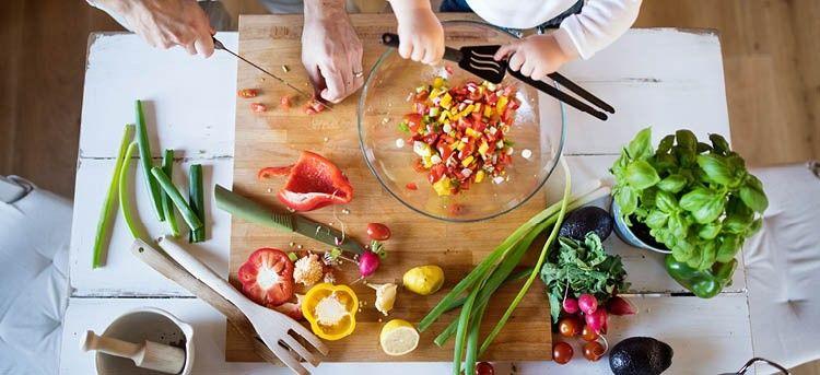 Gemüse geschnitten von Vater und Kind