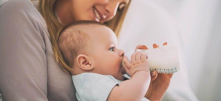 Mutter gibt Baby Milch Fläschchen