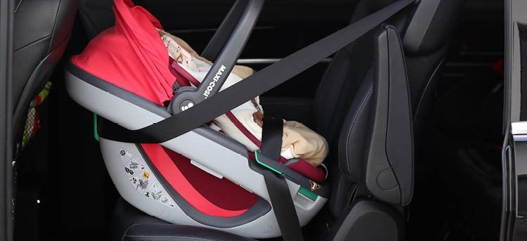 Maxi Cosi Babyschale Coral i-Size im Auto ohne Verdeck
