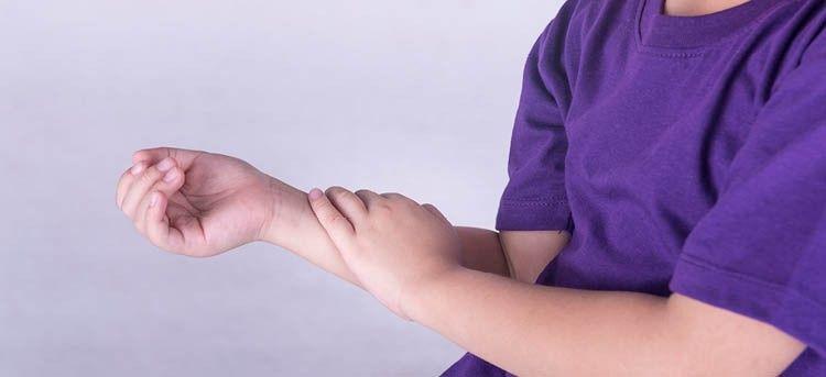 Kinderrheuma Kind mit Armschmerzen