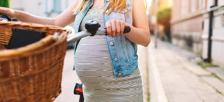 Schwangere mit Fahrrad