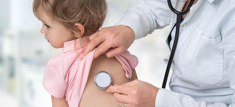 Kind ist krank beim Arzt