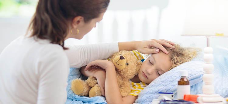 Kind liegt krank im Bett