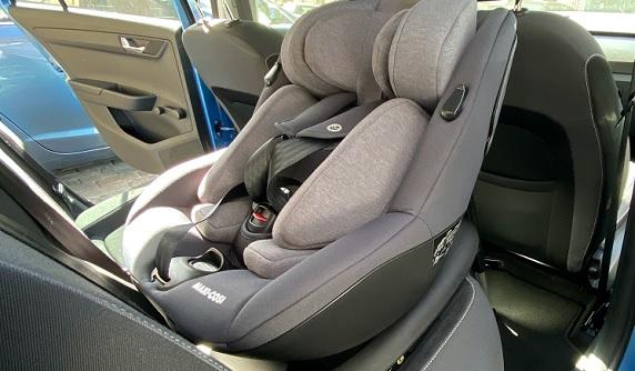 MAXI COSI Kindersitz Mica i-Size Authentic eingebaut auf der Rückbank
